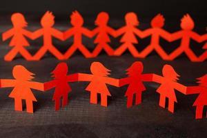 équipe, de, poupée papier, gens, tenant mains photo