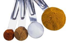 épices en cuillères à mesurer. photo