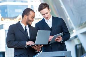 objectifs d'affaires. deux, homme affaires, tenue, tablette, ordinateur portable photo