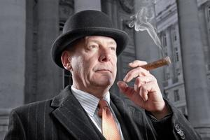 banquier de ville fumant un cigare photo