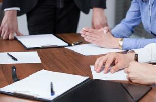 mains et presse-papiers lors d'une réunion d'affaires photo