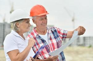 couple de personnes âgées en construction photo