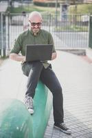 bel homme d'âge moyen à l'aide de cahier photo