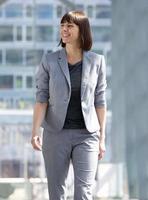 femme affaires, marche, et, sourire, dans ville photo