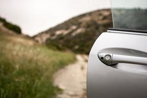 porte de voiture ouverte et un beau paysage derrière photo