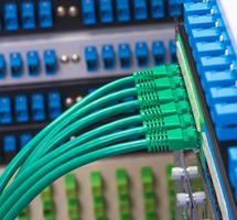câble réseau avec fond de couleur de technologie de pointe photo