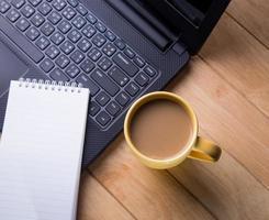 tasse à café et ordinateurs portables. photo