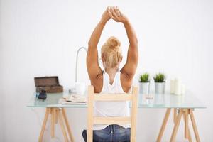 fille blonde à son espace de travail. prendre une pause. par derrière photo