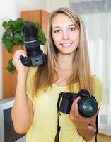 fille testant des caméras professionnelles photo