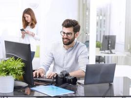 jeune professionnel travaillant photo