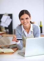 femme souriante, achats en ligne, utilisation, informatique, et, carte de crédit, dans