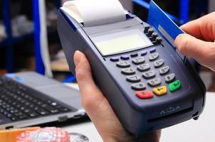 payer par carte de crédit dans un magasin d'électricité, concept de finance