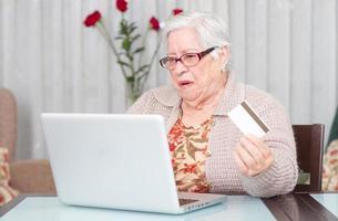 grand-mère achetant en ligne avec carte de crédit