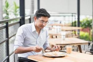 homme d'affaires indien, manger de la nourriture photo