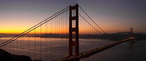 lever du soleil sur le pont du golden gate de san francisco photo