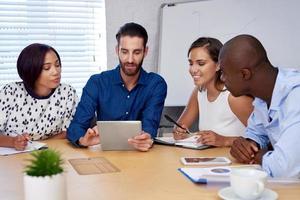 réunion de l'équipe commerciale multiraciale photo
