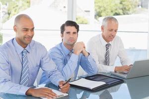équipe commerciale pendant la réunion photo
