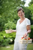 femme, jardin, tenue, herbes, legumes photo