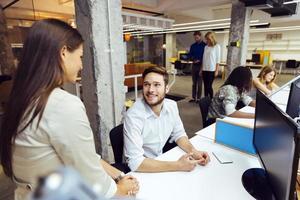 personnes travaillant au bureau moderne occupé photo