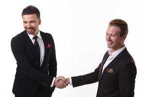 deux hommes d'affaires se serrent la main photo