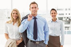 heureux jeunes gens d'affaires au bureau photo