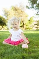 petite fille s'amuser avec sa tirelire à l'extérieur photo