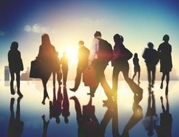 Les gens d'affaires l'heure de pointe à pied concept de la ville de navettage photo