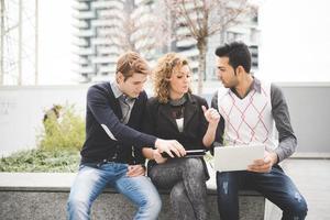 gens d'affaires multiraciales travaillant en plein air en ville photo