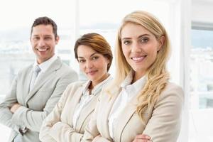gens d'affaires heureux avec les bras croisés au bureau photo