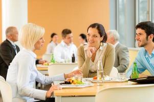cafétéria déjeuner jeunes gens d'affaires mangent de la salade photo