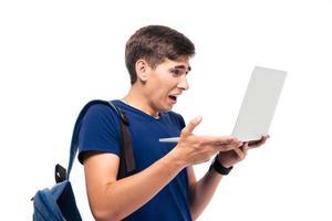 étudiant masculin avec dégoût émotion tenant ordinateur portable photo