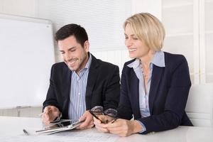 travail d'équipe au bureau avec un gestionnaire mature et un jeune stagiaire. photo
