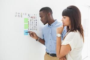 travail d'équipe réfléchi en regardant les notes autocollantes photo