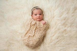 petite fille nouveau-née dans une pochette photo