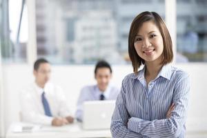 femme d'affaires asiatique menant une équipe commerciale photo