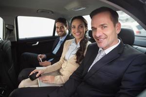 équipe commerciale travaillant sur le siège arrière photo