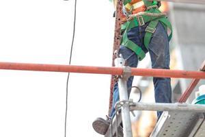 constructeurs de construction authentiques travaillant sur un échafaudage photo