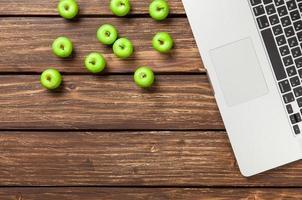 cahier et pommes vertes