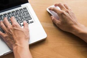 ordinateur portable sur un bureau en bois