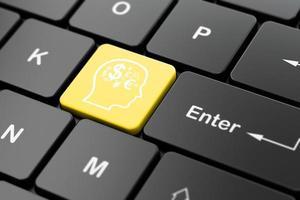 concept d'entreprise: tête avec symbole de la finance sur fond de clavier d'ordinateur photo