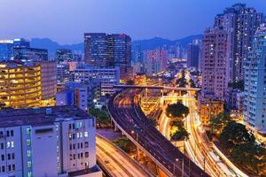 nuit de trafic occupé dans la finance urbaine photo
