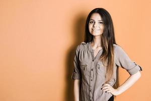 belle jeune fille en studio photo