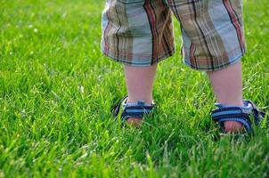 les jambes et les pieds du petit garçon photo