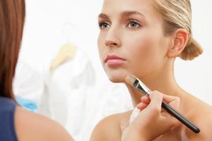 maquillage des lèvres avec pinceau à lèvres photo