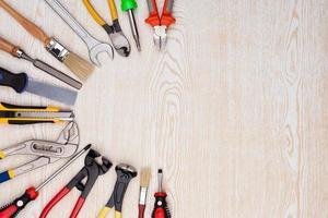 outils de travail sur la texture en bois. photo