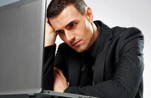 homme affaires, séance table, à, ordinateur portable photo