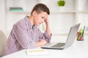 garçon avec ordinateur portable photo