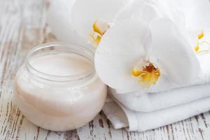 crème pour le visage aux fleurs d'orchidées photo