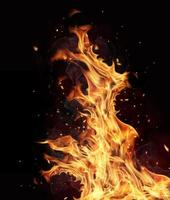 flammes de feu sur fond noir photo