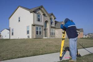 employé de la ville arpentant des propriétés résidentielles photo